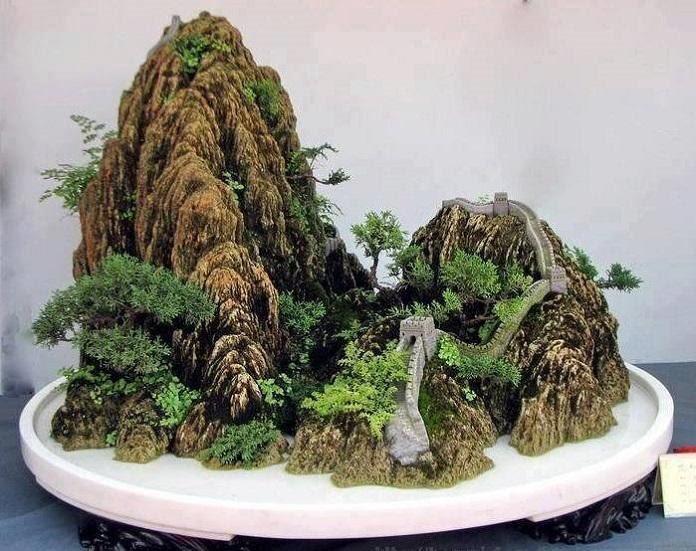 Hòn non bộ là sự kết hợp giữa các khối núi giả được làm từ đá, xi măng hoặc xốp… với cỏ cây, hoa lá… tạo nên không gian núi rừng thu nhỏ mô phỏng tự nhiên